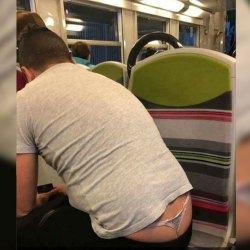 Après le ManSpreading, voici le ManInString ... une nouvelle tendance macho-facho dans le métro