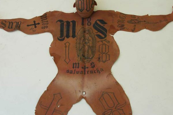 Un policier mexicain transforme des gangsters tatoués en peaux de bêtes pour les riches