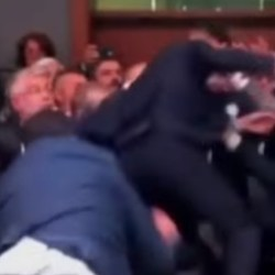 Violente bagarre entre Manuel Valls et Jean-Luc Mélenchon à l'Assemblée Nationale