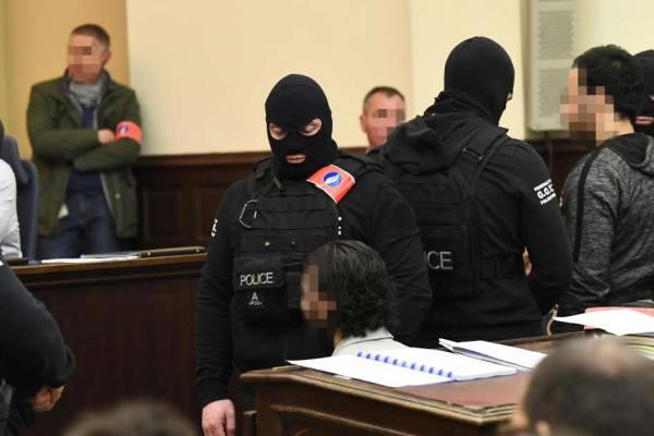 """""""J'ai mal au cul"""" – Salah Abdeslam se plaint d'être mal assis à son procès"""