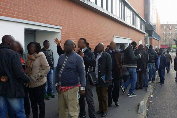 Paris : des milliers de sans-papiers font la file devant les salles d'escalade