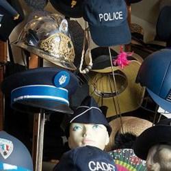 Alexandre Benalla vend aux enchères sa collection de casques ayant servis à tabasser des manifestants