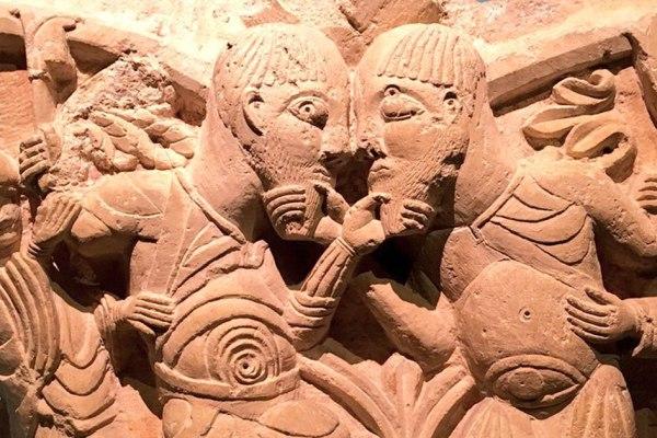 """Une statue du jeu """"je te tiens tu me tiens par la barbichette"""" datant du XIe siècle découverte à Poitiers"""
