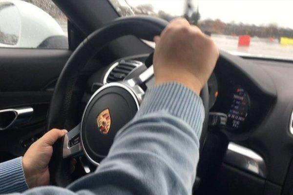 Il se prend 500 0000 € de redressement fiscal pour une photo prise dans une Porsche au salon de l'auto