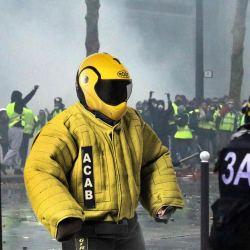 Violences policières : des gilets jaunes équipés de combinaisons de dresseur canin