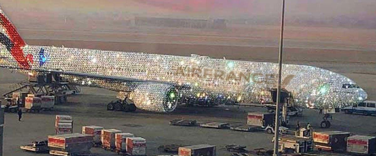 Emmanuel Macron offre un avion en diamants à Brigitte grâce aux 6% de hausse d'EDF