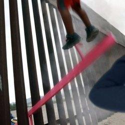 Balançoires à la frontière : des enfants obèses américains catapultent des Mexicains