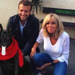 En hommage à Christophe Barbier, le chien des Macron porte une écharpe rouge