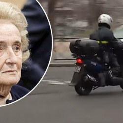 Emmanuel Macron aperçu en scooter devant le domicile de Bernadette Chirac