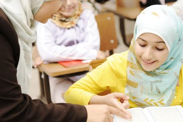 Une école forme les jeunes filles voilées au métier d'accompagnatrice scolaire