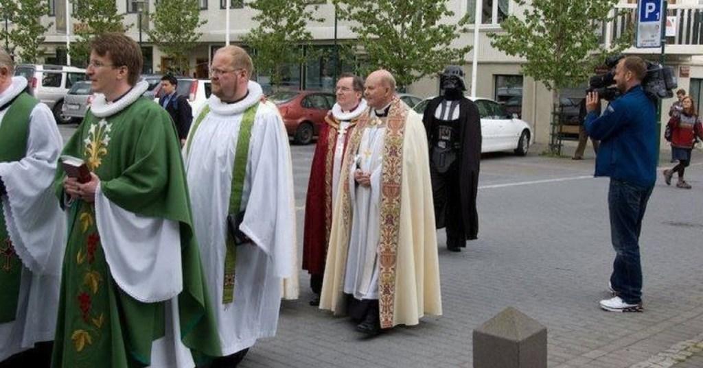 Les prêtres manifestent pour défendre leur régime spécial de retraite spirituelle