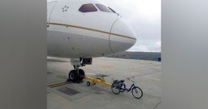 Greta Thunberg voyage dans un avion tracté par un tricycle