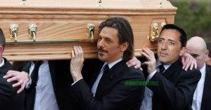Gad Elmaleh et Tomer Cisley portent le cercueil de l'inventeur du copier-coller