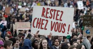 """""""Restez chez vous !"""" : grande manifestation pour inciter les gens à rester chez eux"""