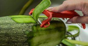 """""""Cruel et inhumain"""" : le lobby vegan veut l'interdiction de l'épluchage des fruits et légumes"""