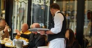 Fermeture des bars : les serveurs parisiens formés aux notions d'amabilité pendant leur inactivité