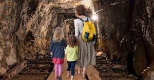 Ne pouvant plus lancer leurs enfants par-dessus le portail, des parents creusent un tunnel