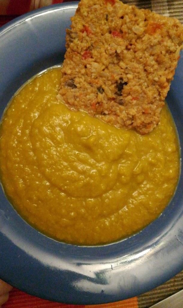 Soupe potiron-petits pois et galette de seitan au repas du soir