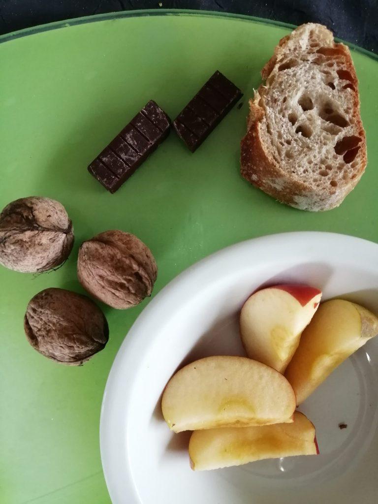 Pommes, noix sur la table...puis pain et chocolat !