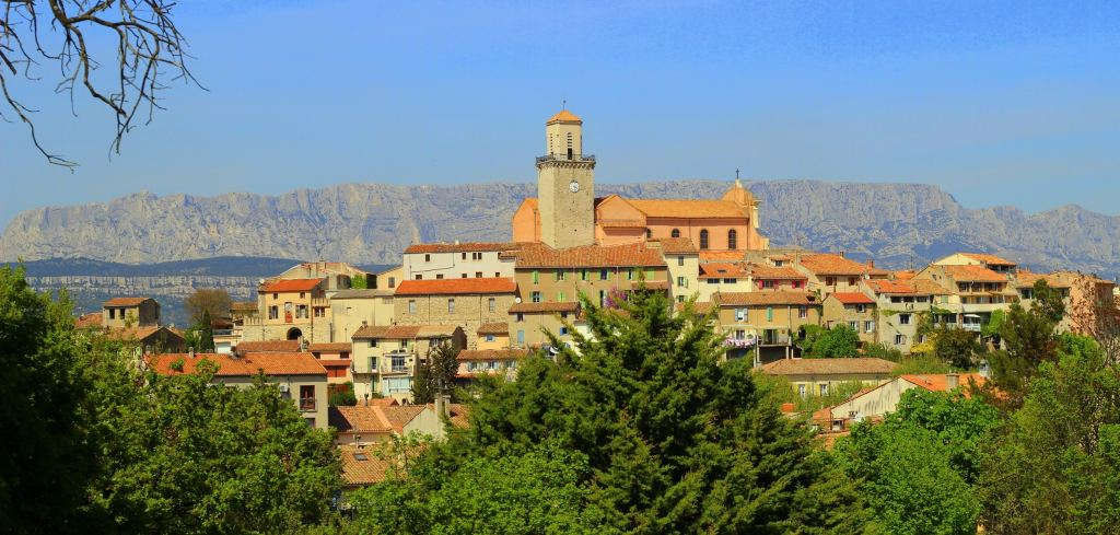 """Haut village provençal de Fuveau et sa """"basilique"""". Un village incontournable quand on voyage à Aix."""