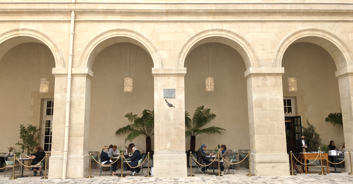 Cafe in the courtyard