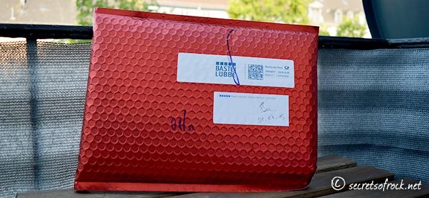 Mysteriöser rot-metalic farbener Brief