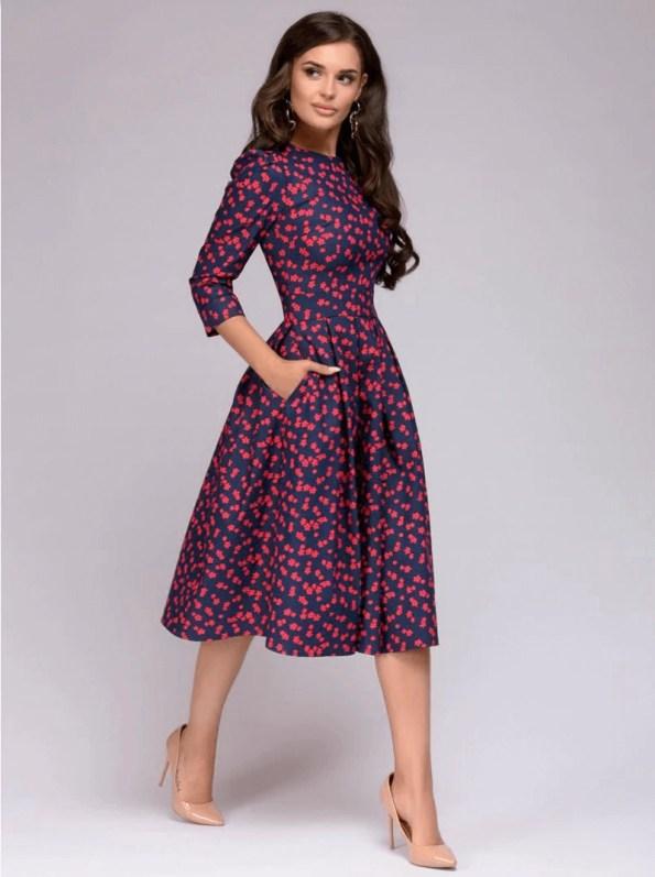 Sukienki Celebrytek Sukienka Rozkloszowana Granatowa w Kolorowe Wzory Midi