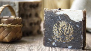 Мыло с березовым дегтем: чем полезно, как правильно его применять