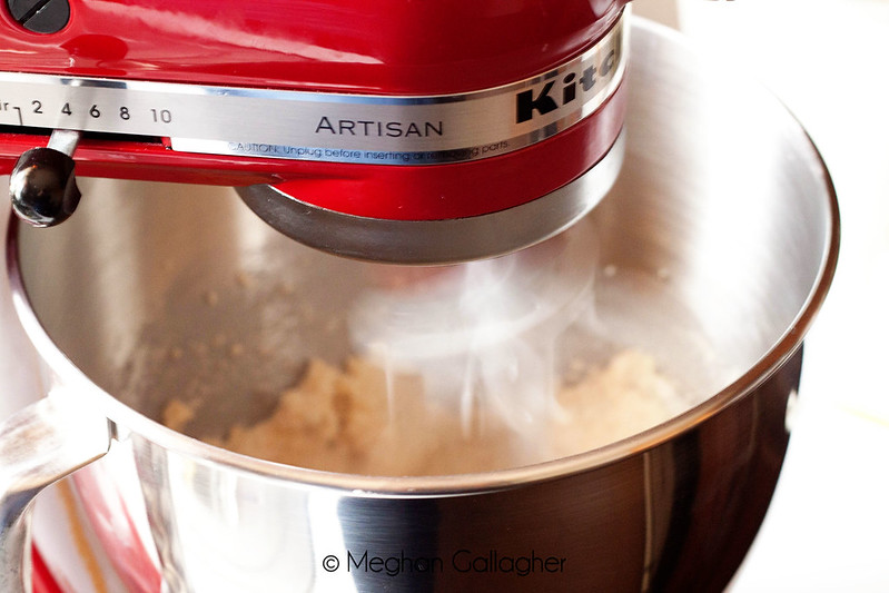 Stand Mixer can help you automate the repetitive tasks in the kitchen especially the kneading, mixing and knocking and more efficient.