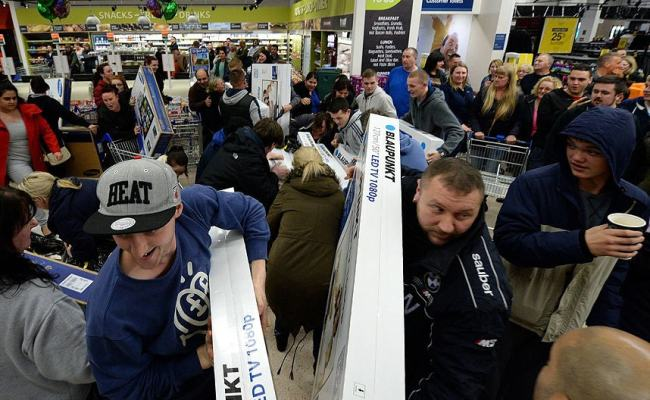 Video Asda Black Friday Madness As Frantic Shoppers Fight