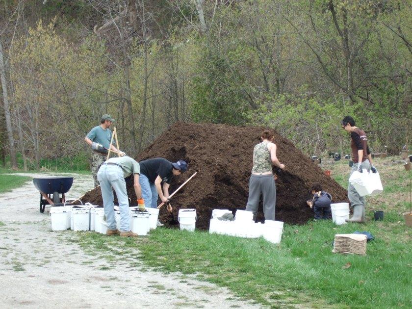 Filling mulch buckets
