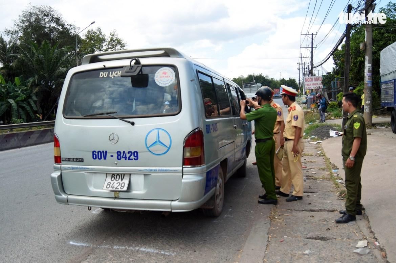 <em>Officers examine the school van in Trang Bom District, Dong Nai Province on November 30, 2019.</em> <em>Photo:</em> A Loc / Tuoi Tre