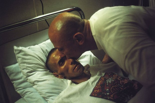 Gotscho beijando Gilles, Paris, 1993  © 2020 Nan Goldin