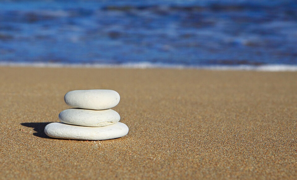 Une plage des galets et la mer