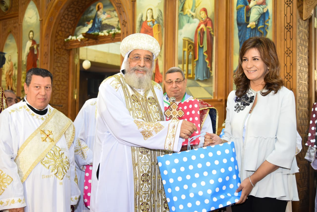 The minister exchanges gifts with the Pope