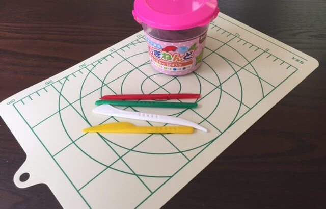 室内遊びに100均の小麦粘土がオススメ!グミ容器で型取り子どもと遊ぼう。