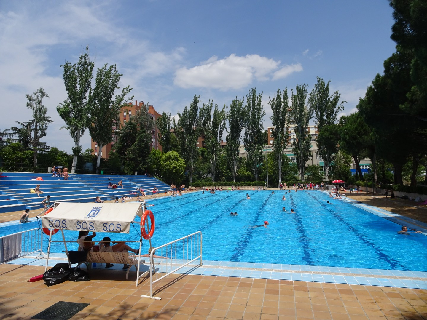 Public outdoor swimming in Madrid
