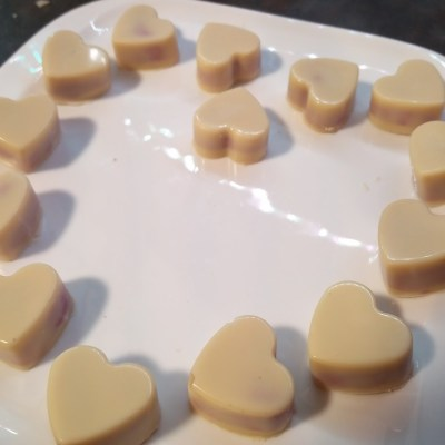 Schokoladen-Herzen mit cremiger Himbeer-Füllung
