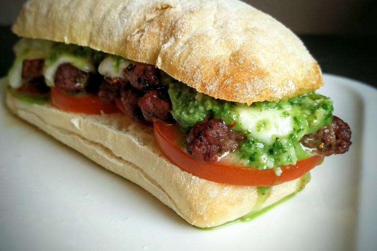 Rumpsteak-Burger mit Basilikum-Pesto