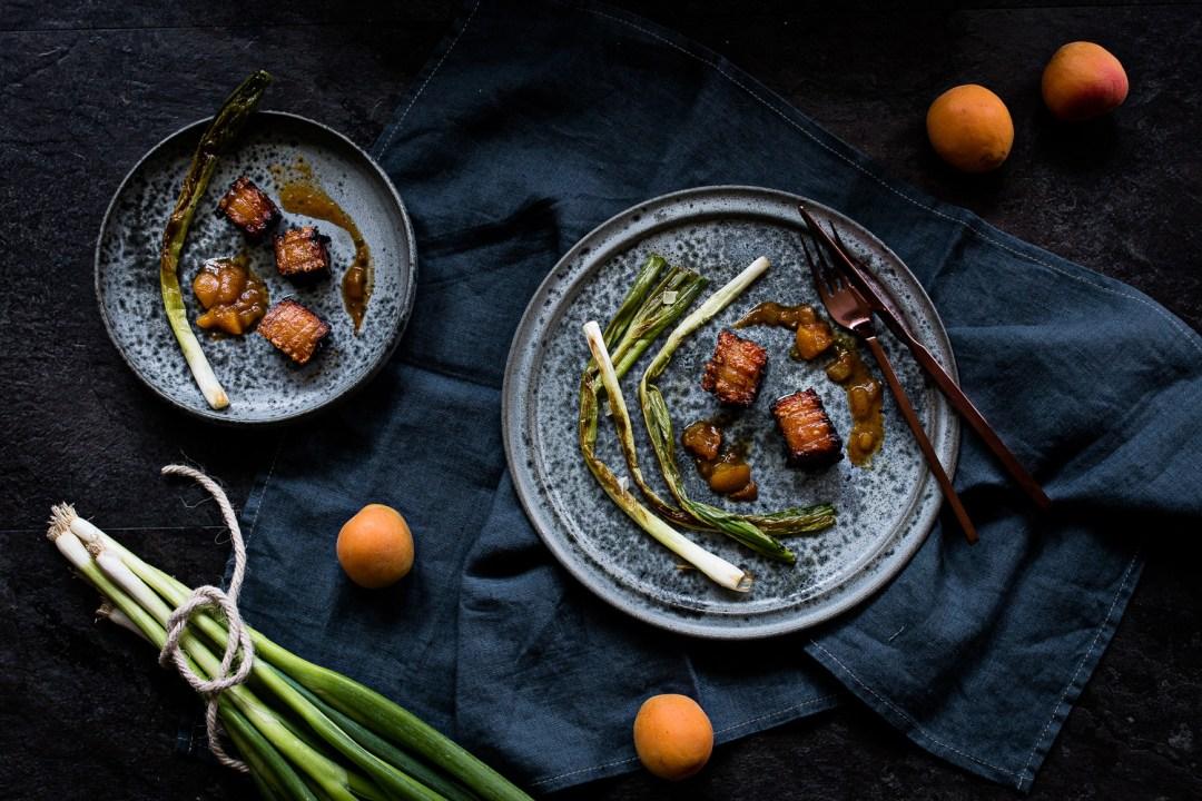 Schweinebauch sous vide   Aprikosen Tamarinden Chutney   gebratene Frühlingszwiebeln   seelenschmeichelei.de