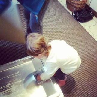 Kleine Hausfrau. Früh übt sich! #lieblingsnichte #dasbisschenhaushaltmachtsichvonallein #familytime #cutie #liebe #PmdD16 #pmdd