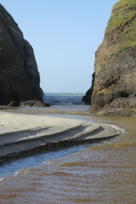 Sandbank und Felsformation am Wharariki-Beach