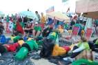 Jovens montaram acampamento nas areias de Copacabana para acompanhar a vigília e a missa de envio