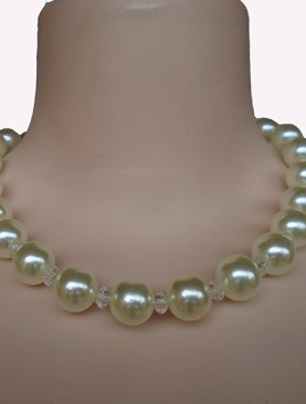 Women's classy ivory beaded necklace.