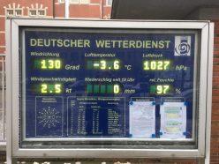 Alles Daten auf einen Blick. Infotafel vor dem Seewtteramt in Hamburg