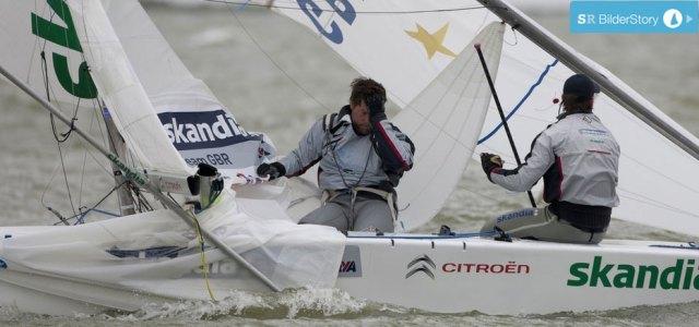 Bei Percy/Simpson kommt der Mast von oben. Olympiasieger Vorschoter Andrew Simpson kann es nicht fassen. Die Briten kommen noch ins Ziel verpassen aber das Medalrace. © Sander van der Borch