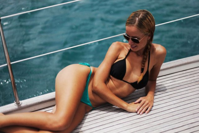 Zu heiß für eine US-Segelzeitschrift. Taru beim Sonnenbaden auf Deck. © sailingaroundtheworld.blogspot