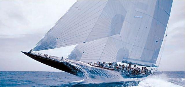 "J-Class ""Endeavour"" wuchtet sich spielerisch durch massiven Wellengang.  © YACHTING Developements"