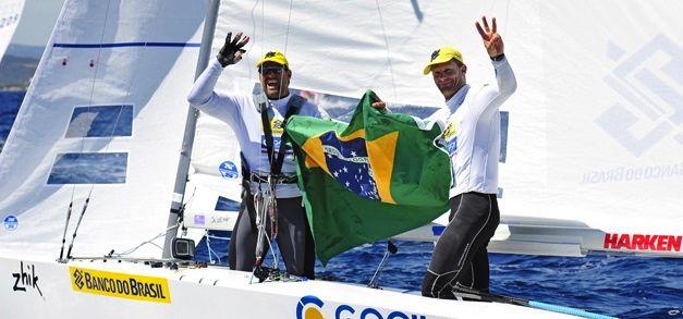 Robert Scheidt und Bruno Prada zeigen ihren dritten Starboot-WM-Titel an. © Pierrickcontin.fr/Coych