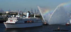 Die `Deutschland´ wird beim Einlaufen in Hamburg von einem künstlichen Regenbogen begleitet... © Marina Könitzer